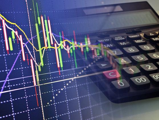 Imaginea articolului Analiştii financiari se aşteaptă la deprecierea monedei naţionale în următoarele şase luni. Care este media prognozată