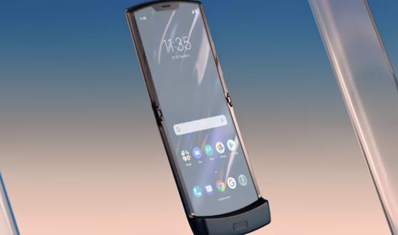 Imaginea articolului VIDEO   Motorola a lansat noul razr, primul smartphone cu display flexibil care se pliază complet. Cum arată