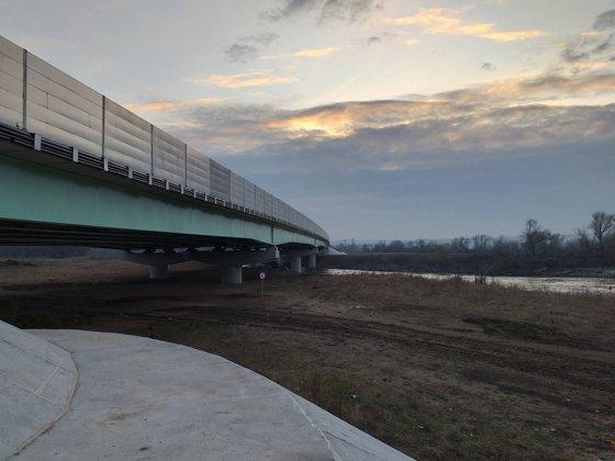 Imaginea articolului Lotul de autostrada terminat, dar care nu are panglica tăiată din cauza lucrărilor la un pod. Asociaţie: Este o bătaie de joc
