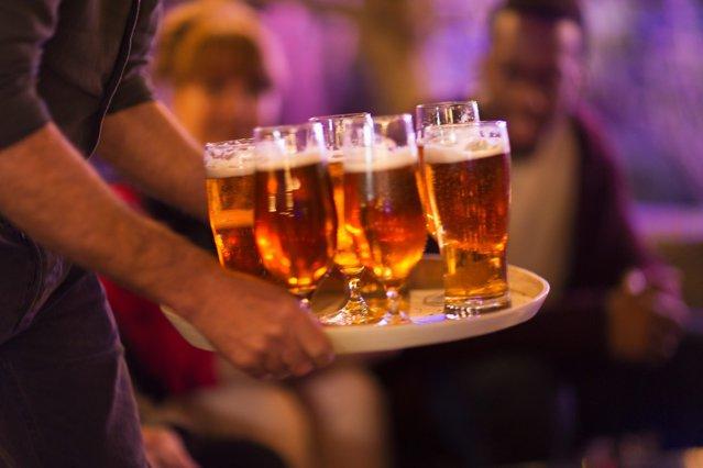 Libanezii, marcaţi de un nivel imens de sărăcie, aleg investiţiile în companii producătoare de bere |EpicNews