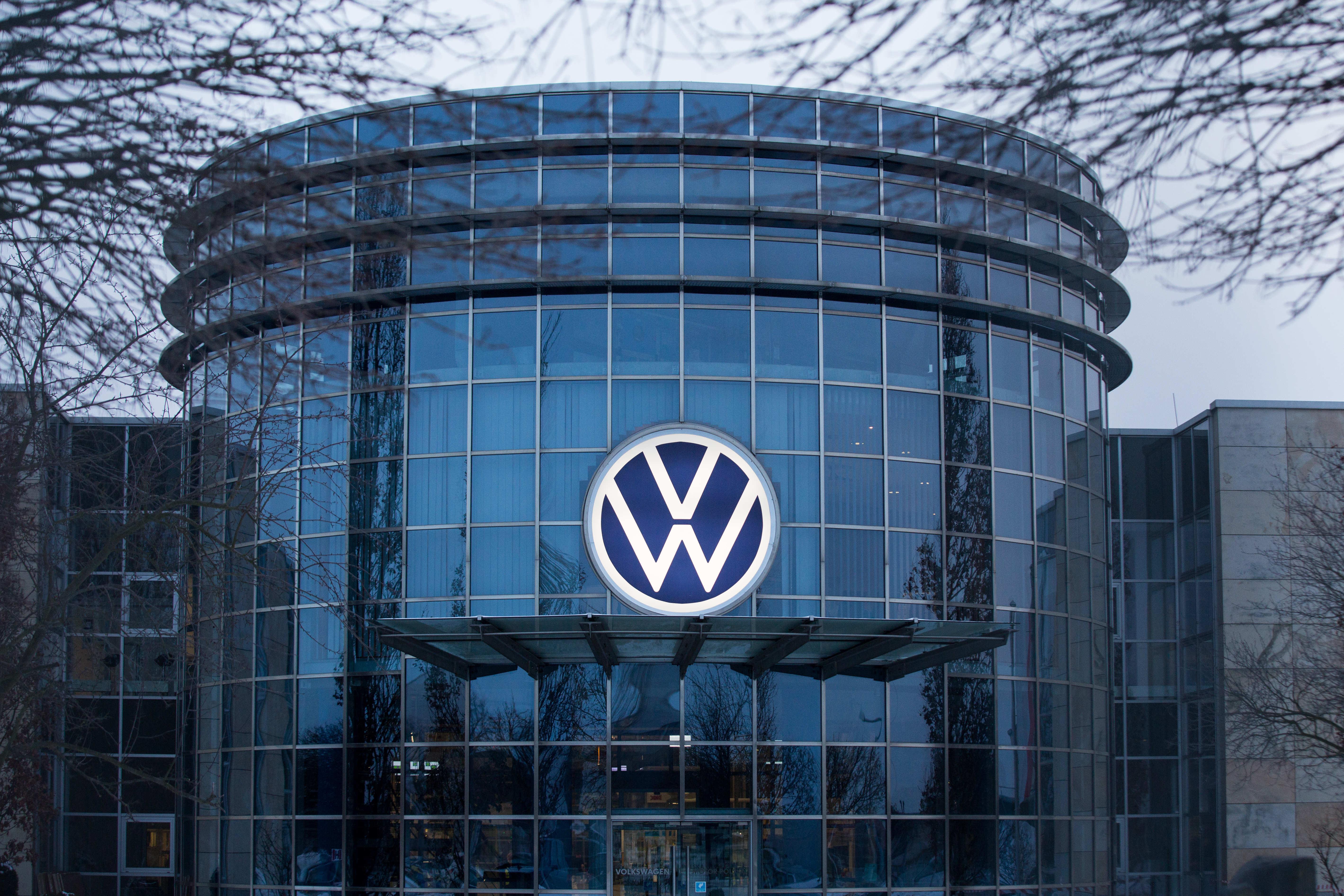 Uniunea Europeană solicită companiei Volkswagen să plătească despăgubiri tuturor clienţilor din statele membre care au(...)