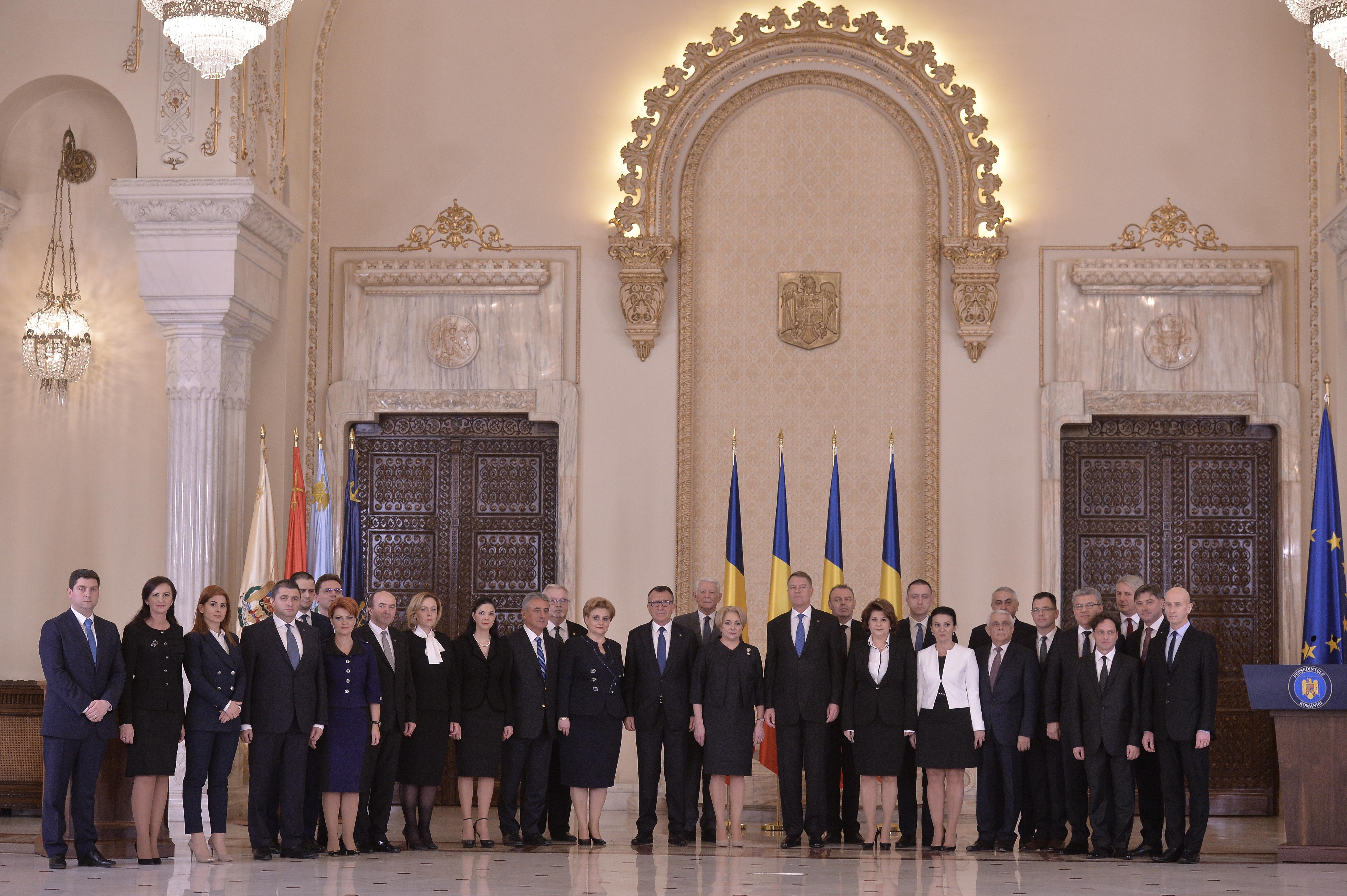 Guvernul Dăncilă a depus jurământul la Cotroceni / Iohannis: Sper să înceteze şi această ţopăială guvernamentală. Afectarea independenţei justiţiei este de neacceptat! | FOTO, VIDEO