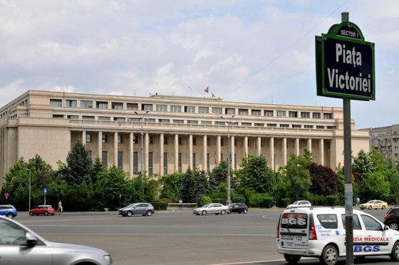 Imaginea articolului Augustin Zegrean, fost preşedinte CCR: Rectificarea poate fi adoptată fără avizul CSAT, dar numai în Parlament/ Toni Greblă, fost judecător CCR: Guvernul e îndreptăţit să adopte rectificarea bugetară fără avizul CSAT