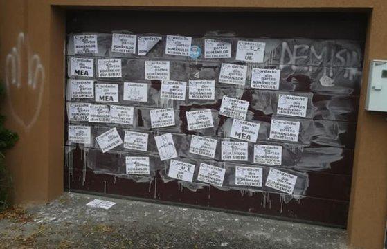 Imaginea articolului Protest #Rezist la locuinţa lui Iordache: Zeci de mesaje obscene au fost lipite pe poarta garajului deputatului, după ce acesta a arătat, în Parlament, degetele mijlocii unor membri ai Opoziţiei | VIDEO