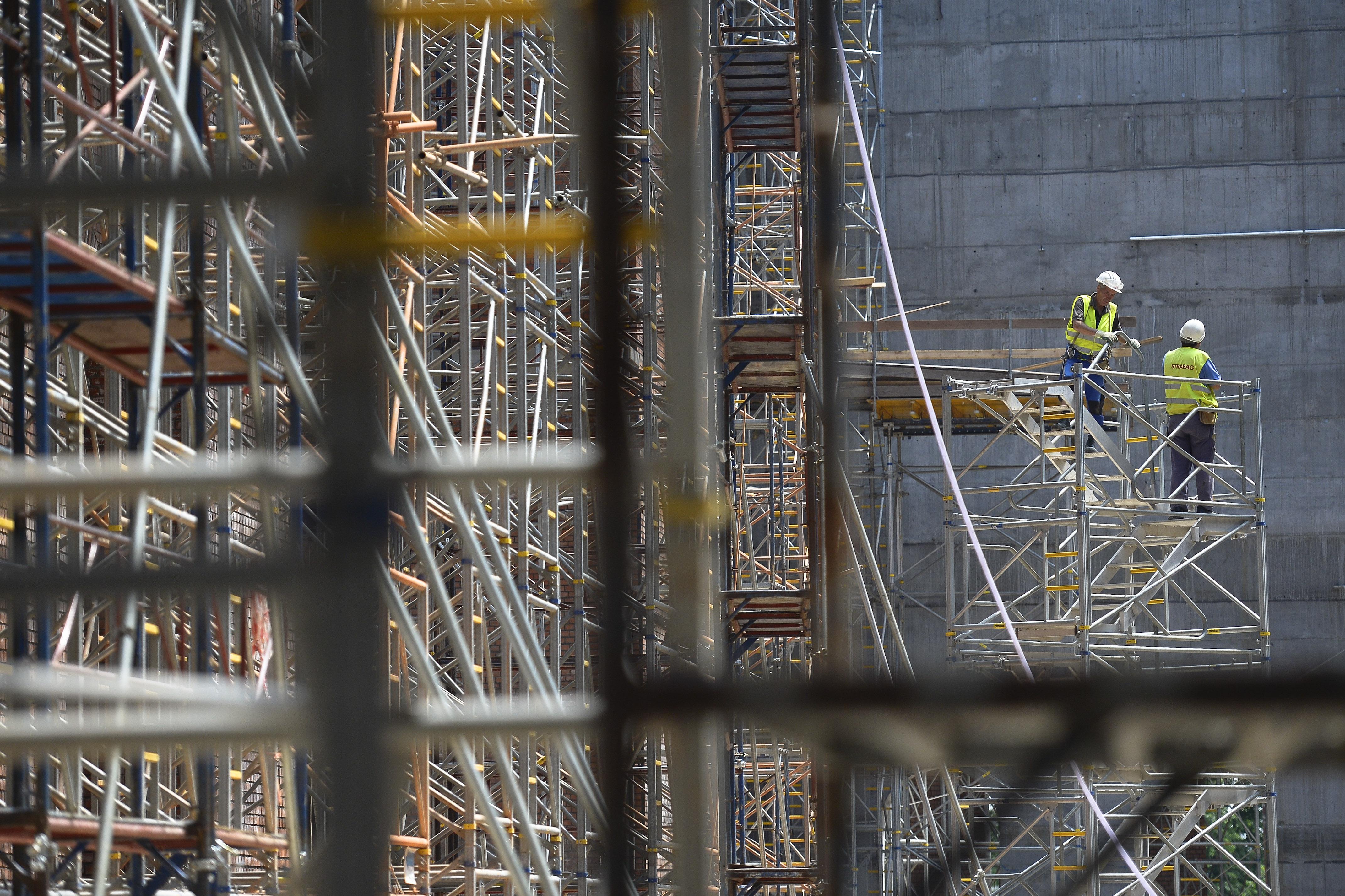 Iohannis a trimis Parlamentului, la reexaminare, Legea privind autorizarea lucrărilor de construcţii