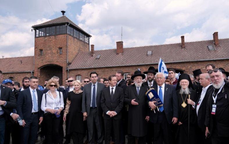Viorica Dăncilă a participat la Marşul Internaţional al Vieţii de la Auschwitz, alături de un grup de copii din România | FOTO