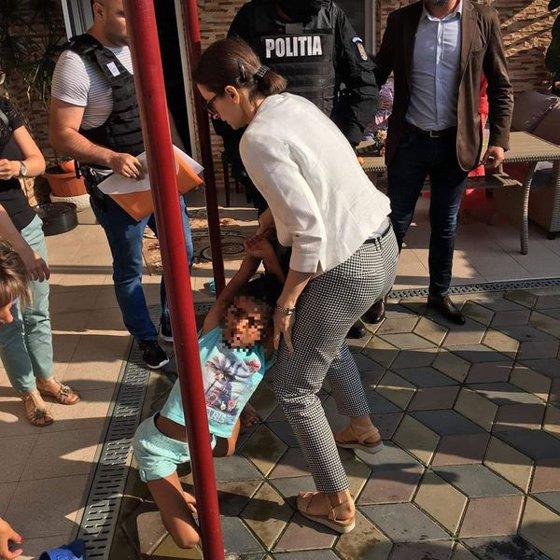 Imaginea articolului Cazul fetiţei din Mehedinţi | Avocat: Micuţa de 8 ani, luată de poliţişti din casa în care a crescut, este bine/ Dăncilă: Am cerut de urgenţă o anchetă în cazul Sorinei, în condiţii de calm | FOTO