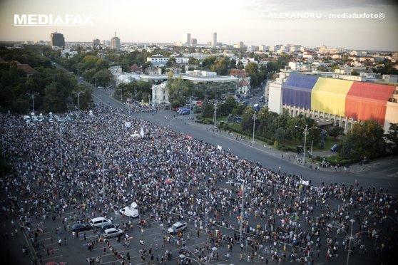 Imaginea articolului Klaus Iohannis, de partea artiştilor care protestează ACUM în Piaţa Victoriei: Dezastrul a fost provocat de Guvern