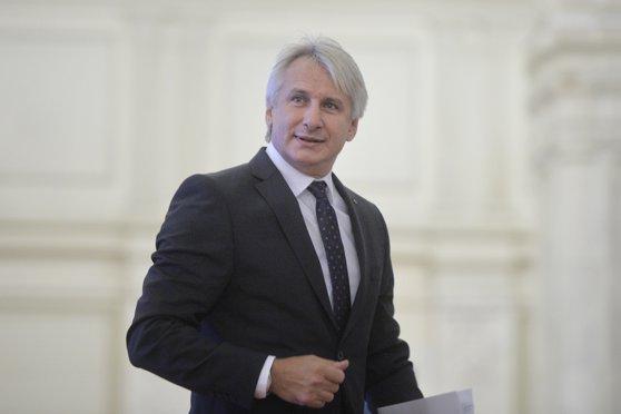 Teodorovici vrea ca absolvenţii Programului de Internship al Guvernului să fie angajaţi automat