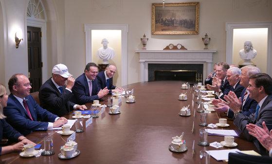 Imaginea articolului Iohannis a primit de la preşedintele american o şapcă cu mesajul: Make Romania Great Again