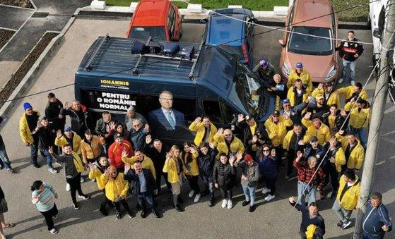 Imaginea articolului USR acuză PNL că încalcă legea: Campanie cu microbuz colantat pentru Klaus Iohannis, deşi BEC a decis că este ilegal