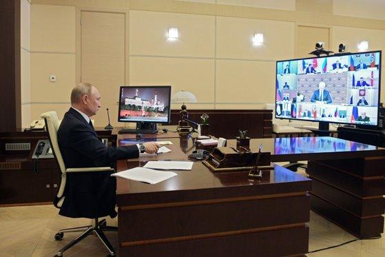 """Rusia le-a promis medicilor de pe """"frontul COVID"""" bonusuri de 1.000$. Cu ce măsuri vrea Putin să combată prăbuşirea economiei"""