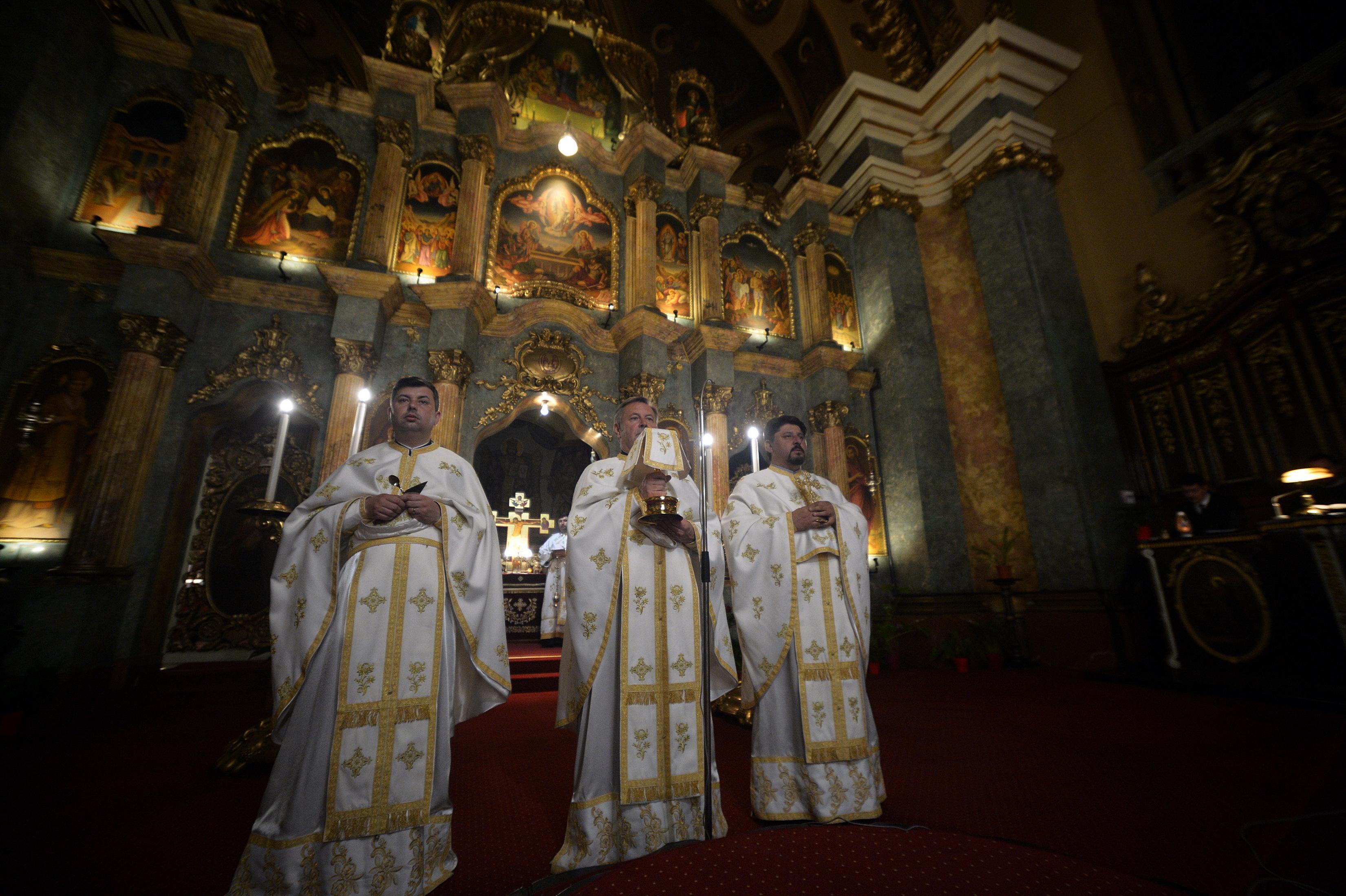 Acces în biserici de Crăciun. Guvern: Slujbele de Crăciun se pot desfăşura în interiorul şi în exteriorul(...)