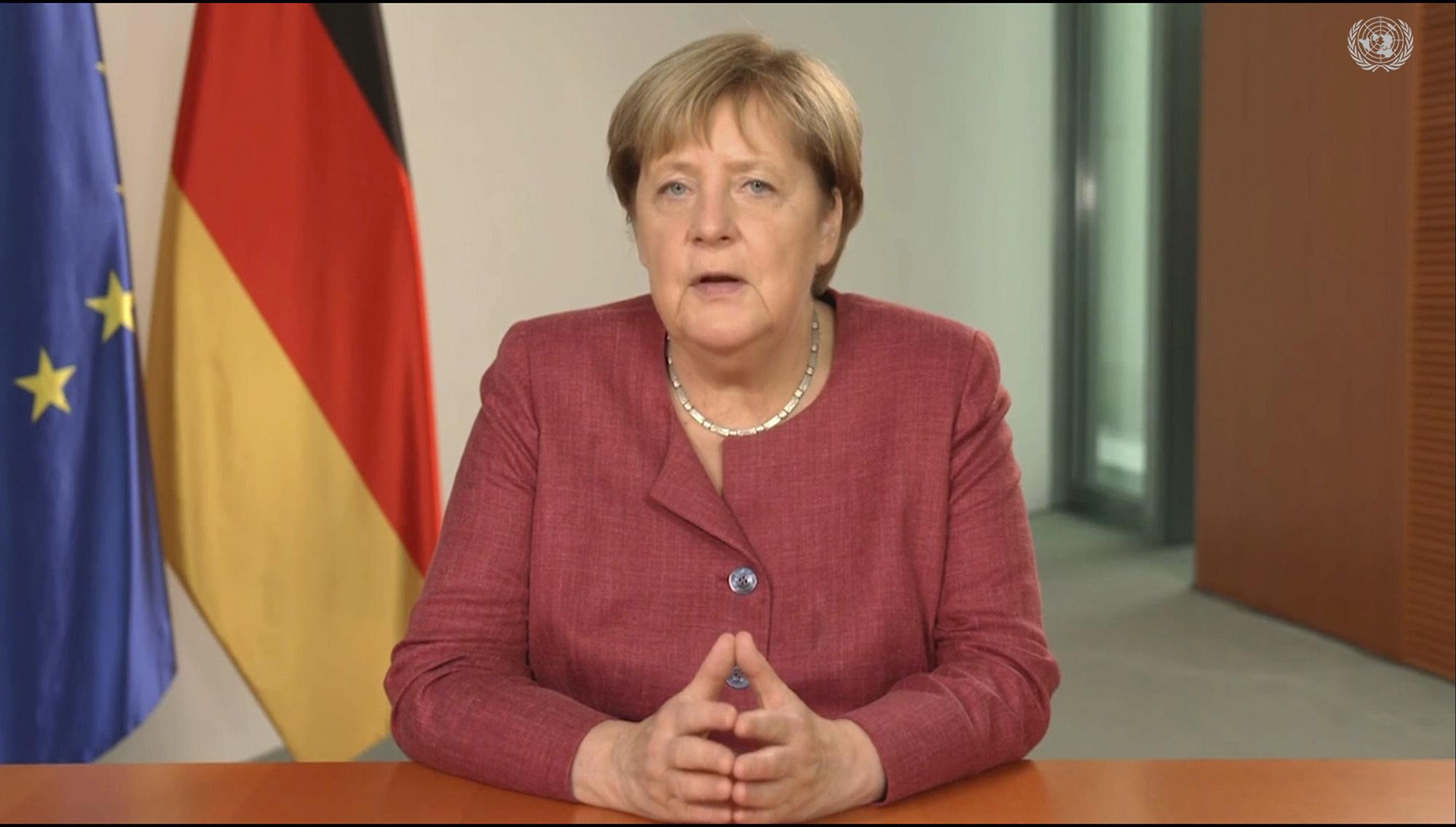 FOTO. Cum arată şi cât costă ursul de pluş care seamănă cu Angela Merkel