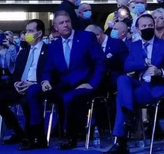 """GALERIE FOTO Klaus Iohannis, prins fără mască la Congresul PNL. Preşedintele României, în 2020: """"În faţa unei boli, ori eşti precaut, ori eşti prost"""""""