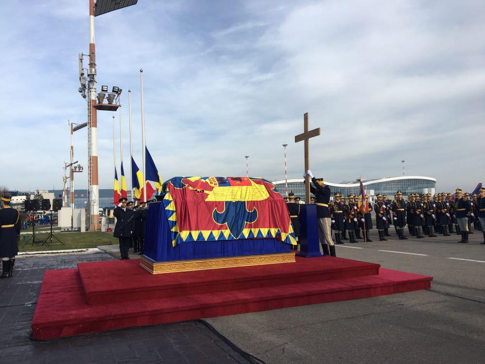 Regele Mihai s-a întors pentru totdeauna în România | Corpul neînsufleţit al fostului suveran a ajuns la Castelul Peleş/ Scurtă slujbă ortodoxă, oficiată la sosirea pe Aeroportul Otopeni/ Clopotele bisericilor au sunat în toată ţara | FOTO, VIDEO