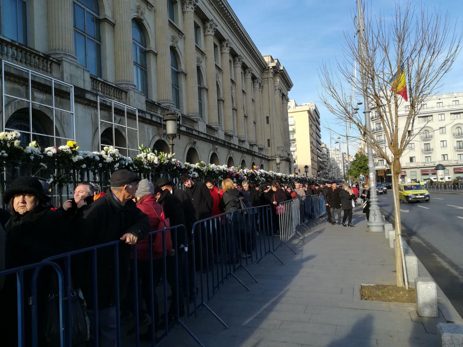 Mii de persoane îi aduc şi astăzi omagii Regelui Mihai. Lascăr Duiliu Zamfirescu, fost coleg de clasă: Eu am o pierdere imensă / Prinţul Charles şi regele Juan Carlos I al Spaniei ajung vineri la Bucureşti| FOTO