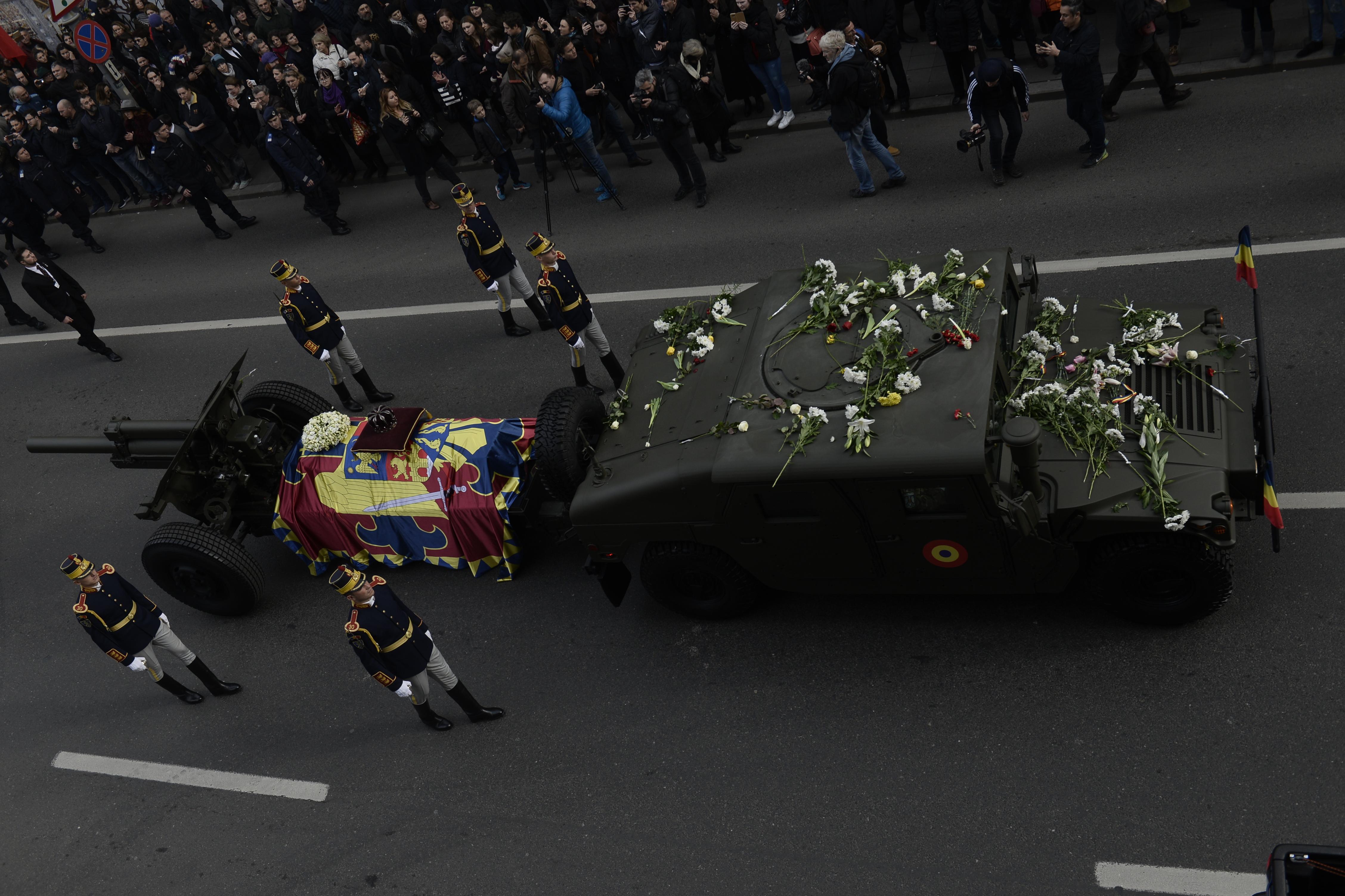 România şi-a luat RĂMAS BUN de la Regele Mihai. Peste 20.000 de oameni l-au aclamat şi aplaudat pe rege, în Bucureşti, de-a lungul procesiunii funerare/ Slujba de înmormântare la Patriarhie, în prezenţa invitaţilor străini