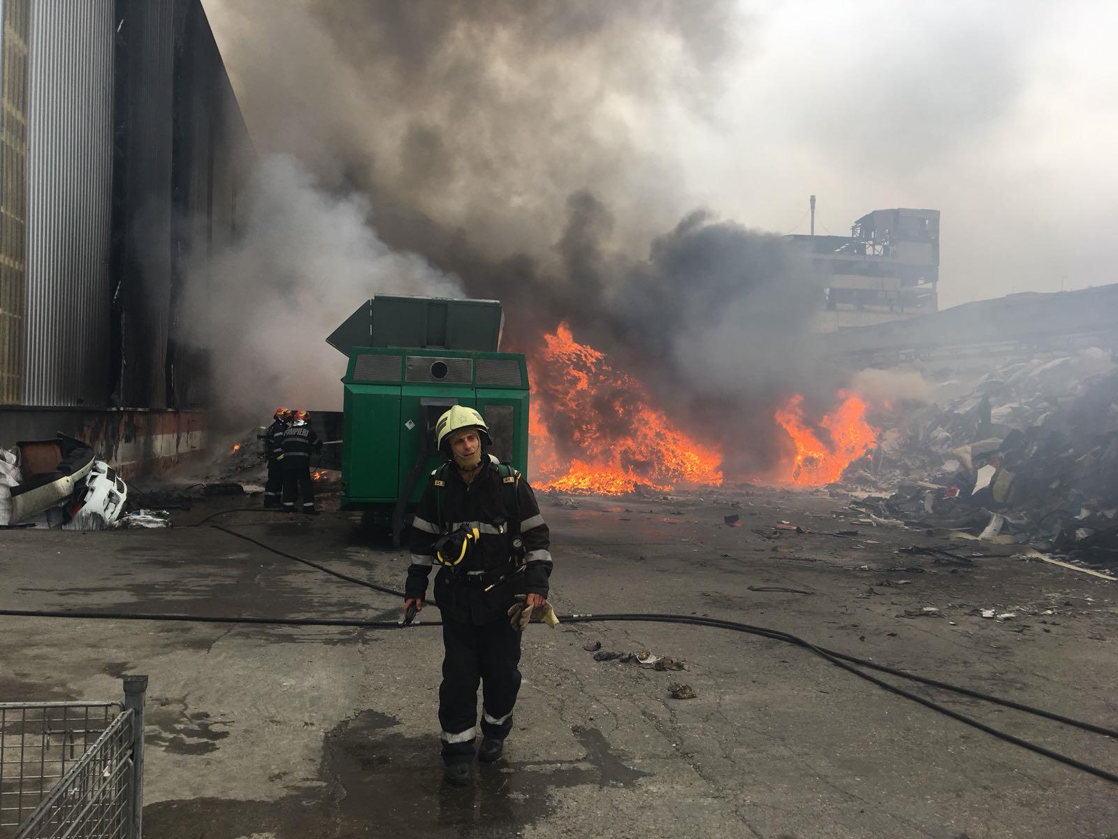 Incendiu puternic la fosta Rafinărie Astra din Ploieşti. Fumul gros, vizibil de la distanţă. FOTO