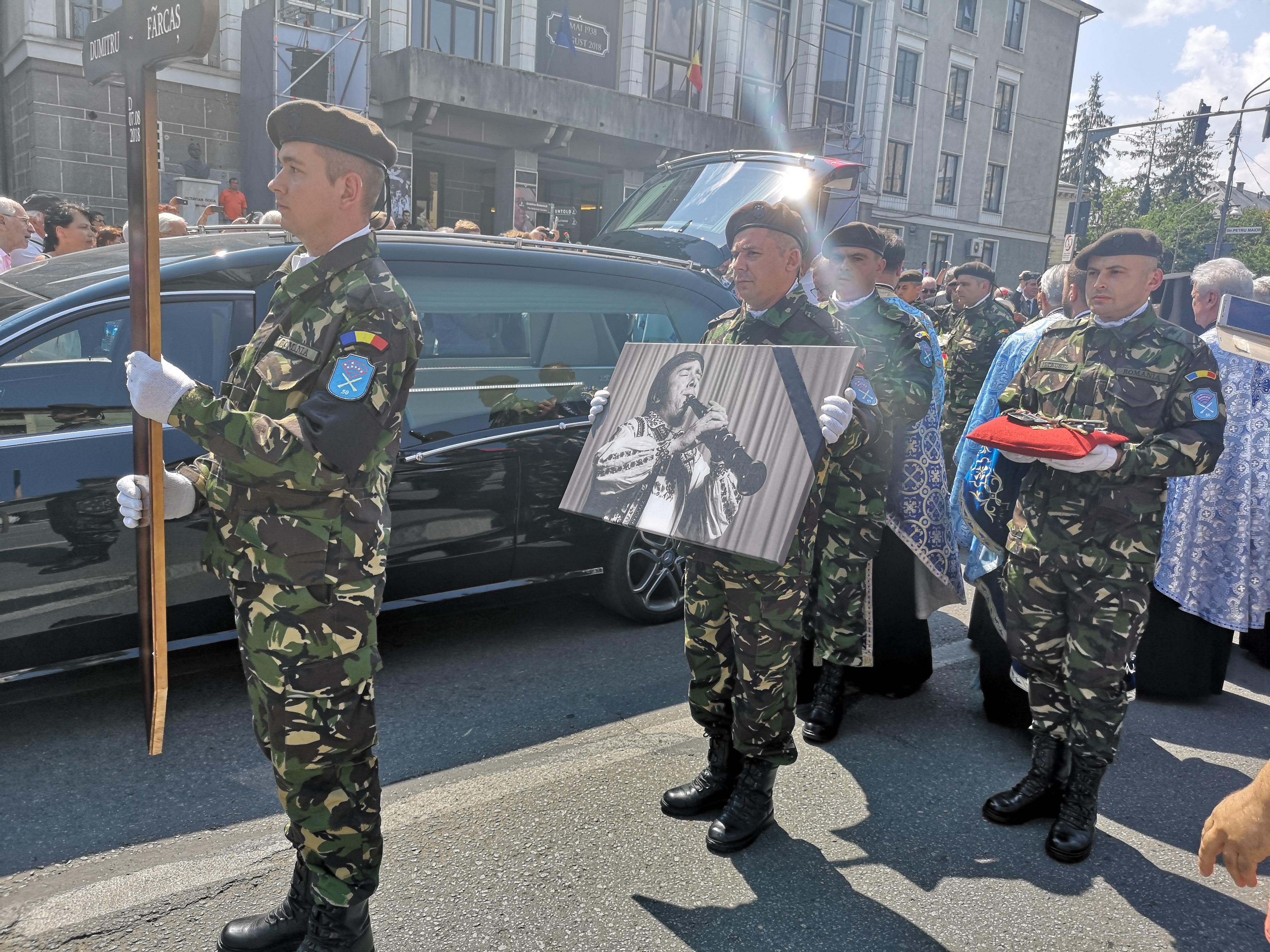 Dumitru Fărcaş, condus pe ultimul drum de peste 500 de oameni în acorduri de taragot şi acordeon | FOTO, VIDEO