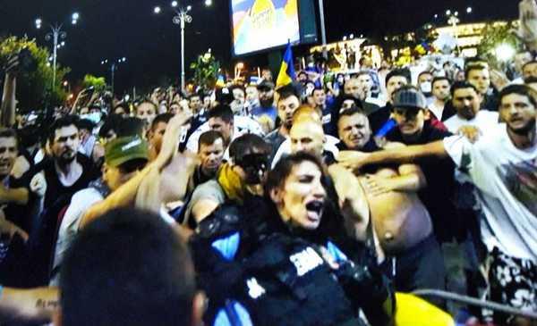 VIDEO Jandarmeriţa lovită la mitingul diasporei a fost EXTERNATĂ. A folosit ieşirea din spate şi a fugit spre maşină