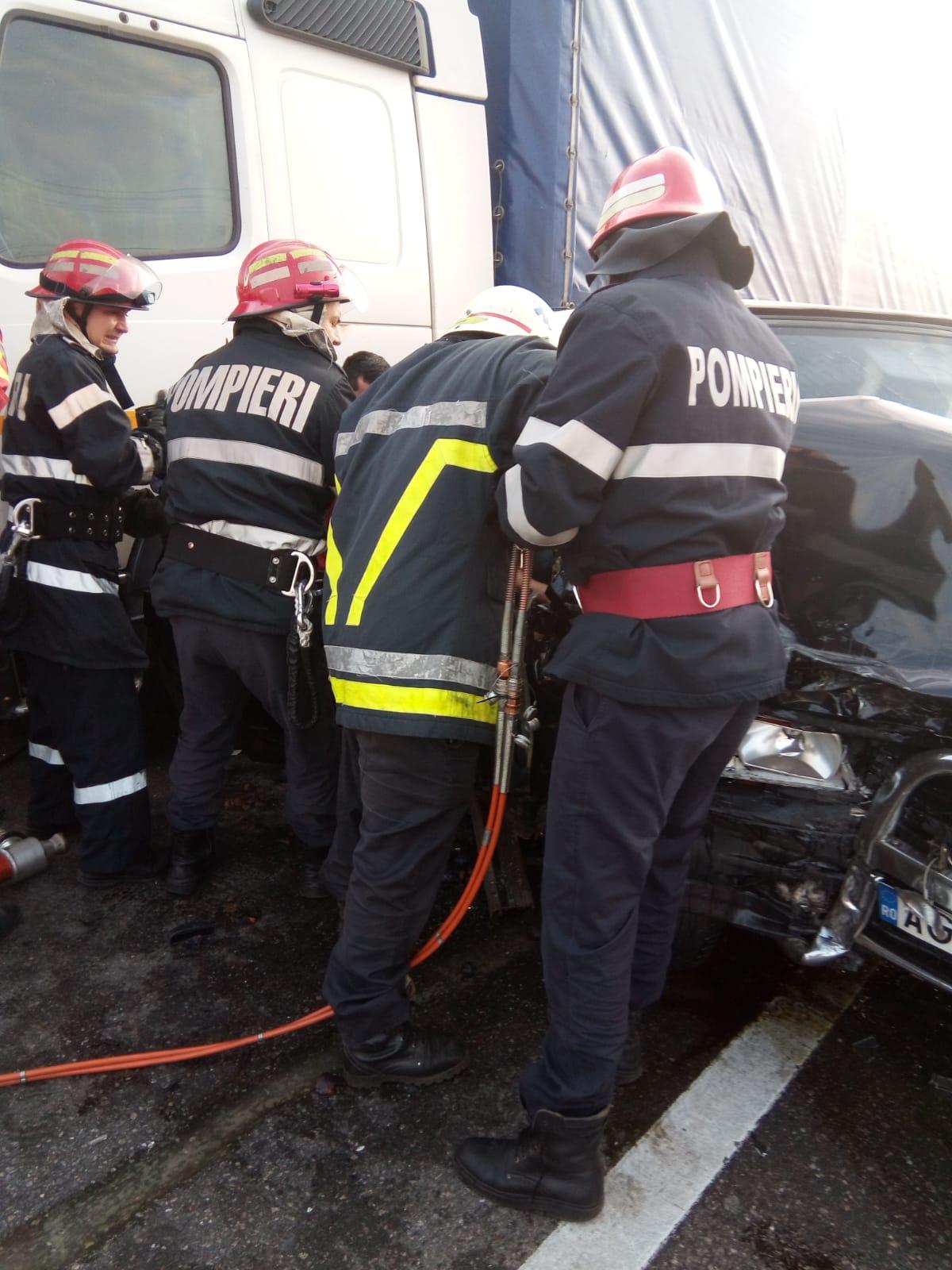 Doi răniţi grav în urma impactului dintre un tir şi un autoturism pe Valea Ursului, în Argeş   VIDEO