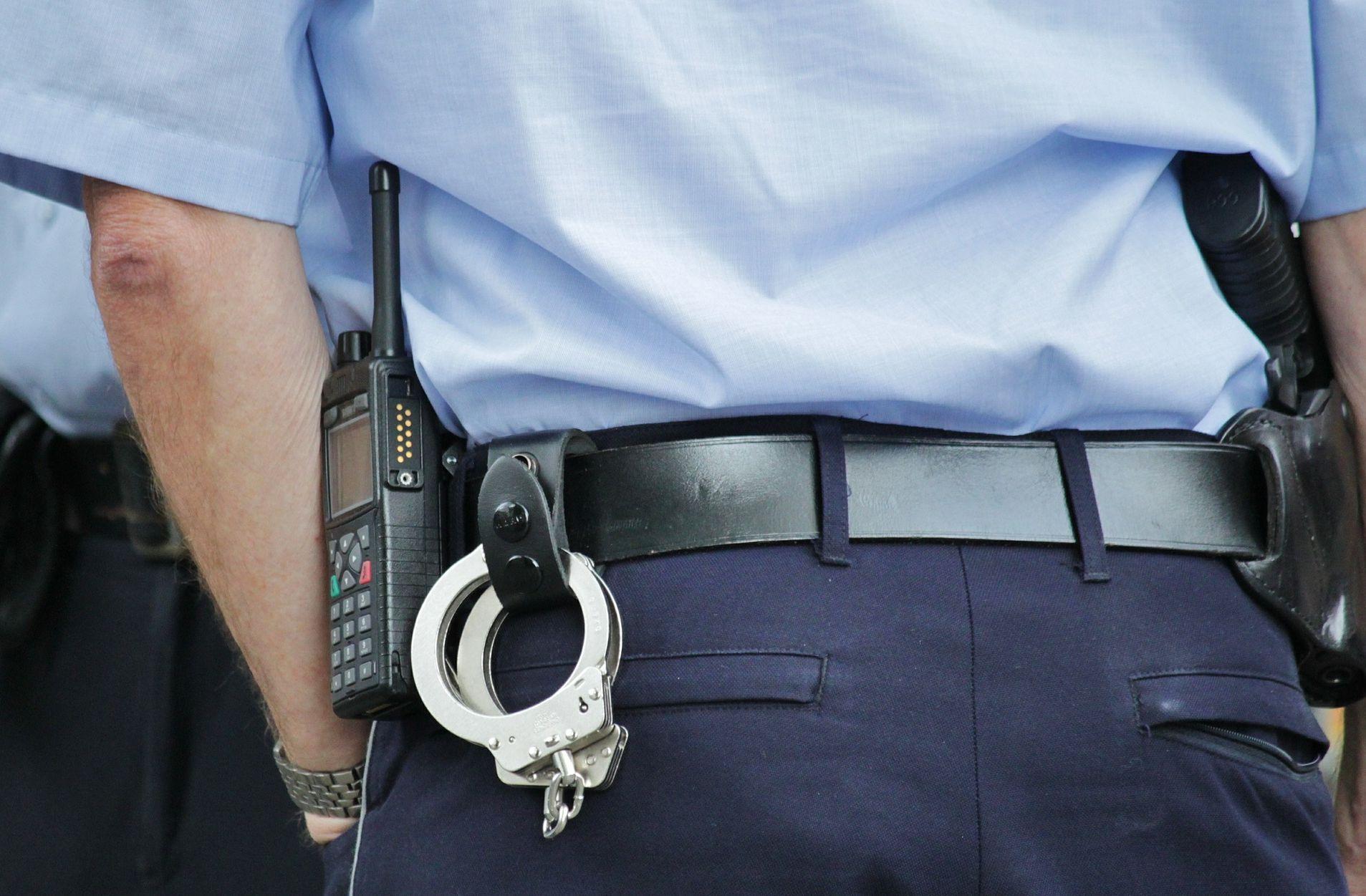 Imagini revoltătoare: Copil legat cu cătuşe de un coş de gunoi şi lovit în burtă de un poliţist de la Poliţia Locală Sector 3