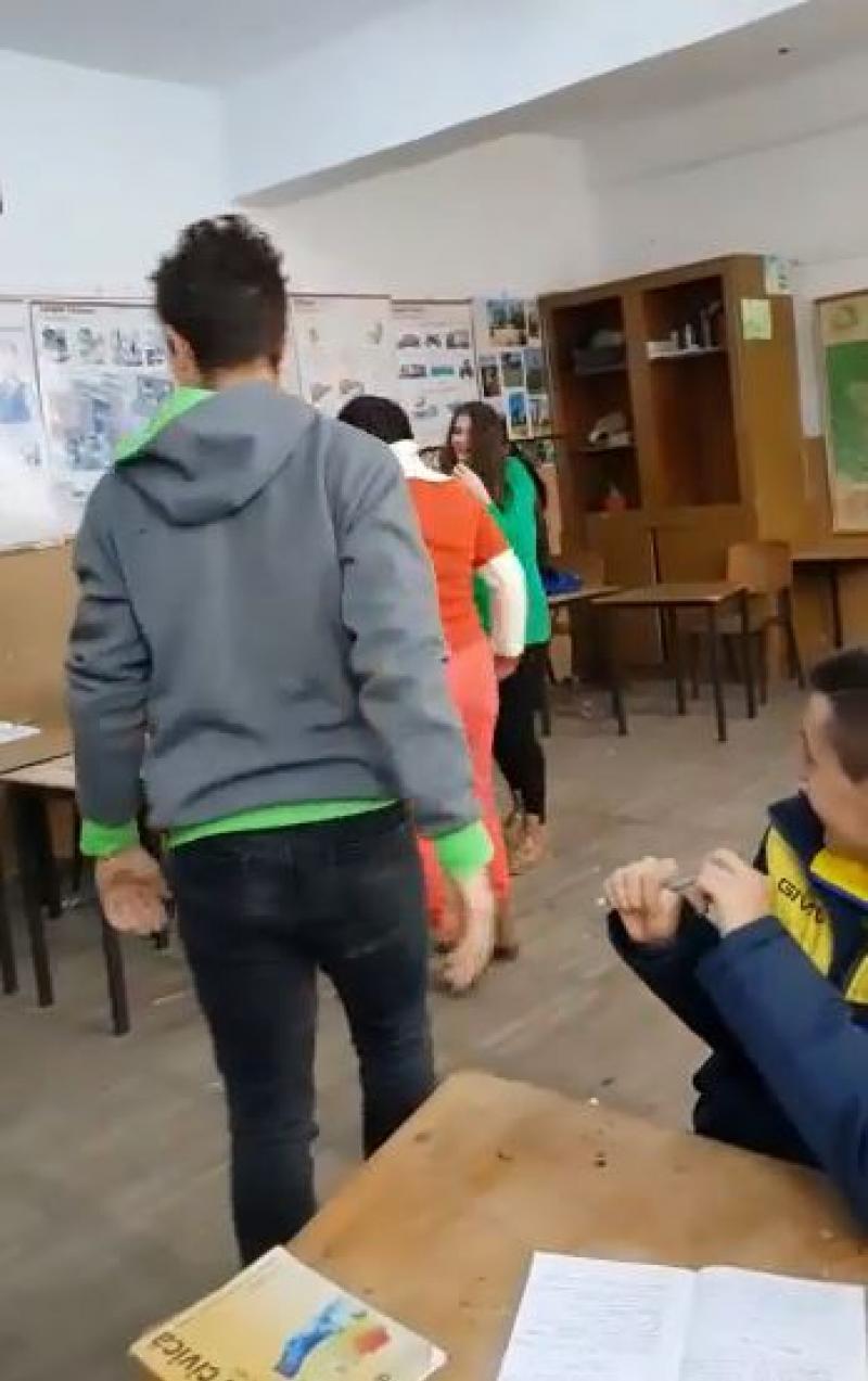 Elev filmat vorbind urât unei profesoare şi ameninţând-o. Pe un ton ridicat, băiatul îi cere explicaţii pentru o notă primită/ Elevul a fost reţinut