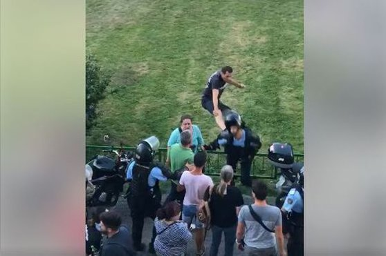 """Imaginea articolului Protestatarul care a lovit cu piciorul, în """"stil KUNG FU"""", un jandarm la mitingul din 10 august a fost arestat"""