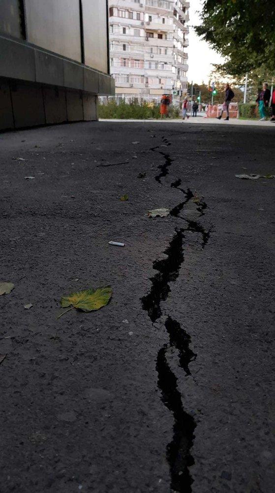 Imaginea articolului O fisură de aproximativ 10 metri în asfalt, apărută lângă un bloc de opt etaje din Galaţi, sursă de PANICĂ pentru locuitori - FOTO