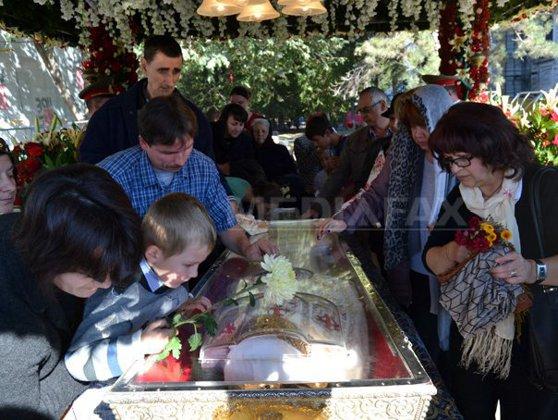 Imaginea articolului SFÂNTA PARASCHEVA | Peste 67.000 de oameni s-au închinat la moaşte, iar 100 au avut nevoie de medic