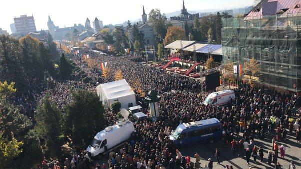 SFÂNTA PARASCHEVA   Peste 10.000 de pelerini participă la slujba de la Catedrala Mitropolitană din Iaşi/ Câteva mii de persoane, la coadă pentru sarmale   FOTO, VIDEO