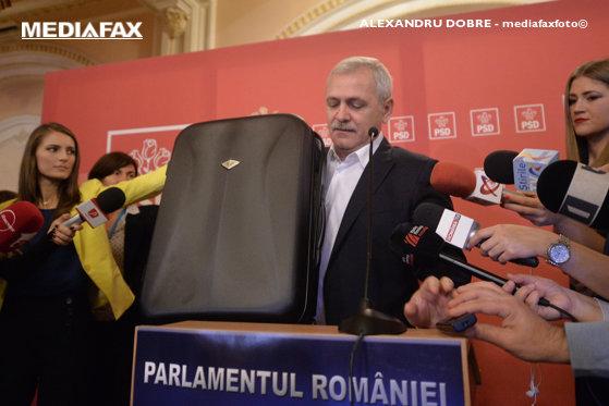 """Imaginea articolului Ce conţin VALIZELE lui Liviu Dragnea. """"Documentele"""" aduse de liderul PSD îl vizează pe Klaus Iohannis"""
