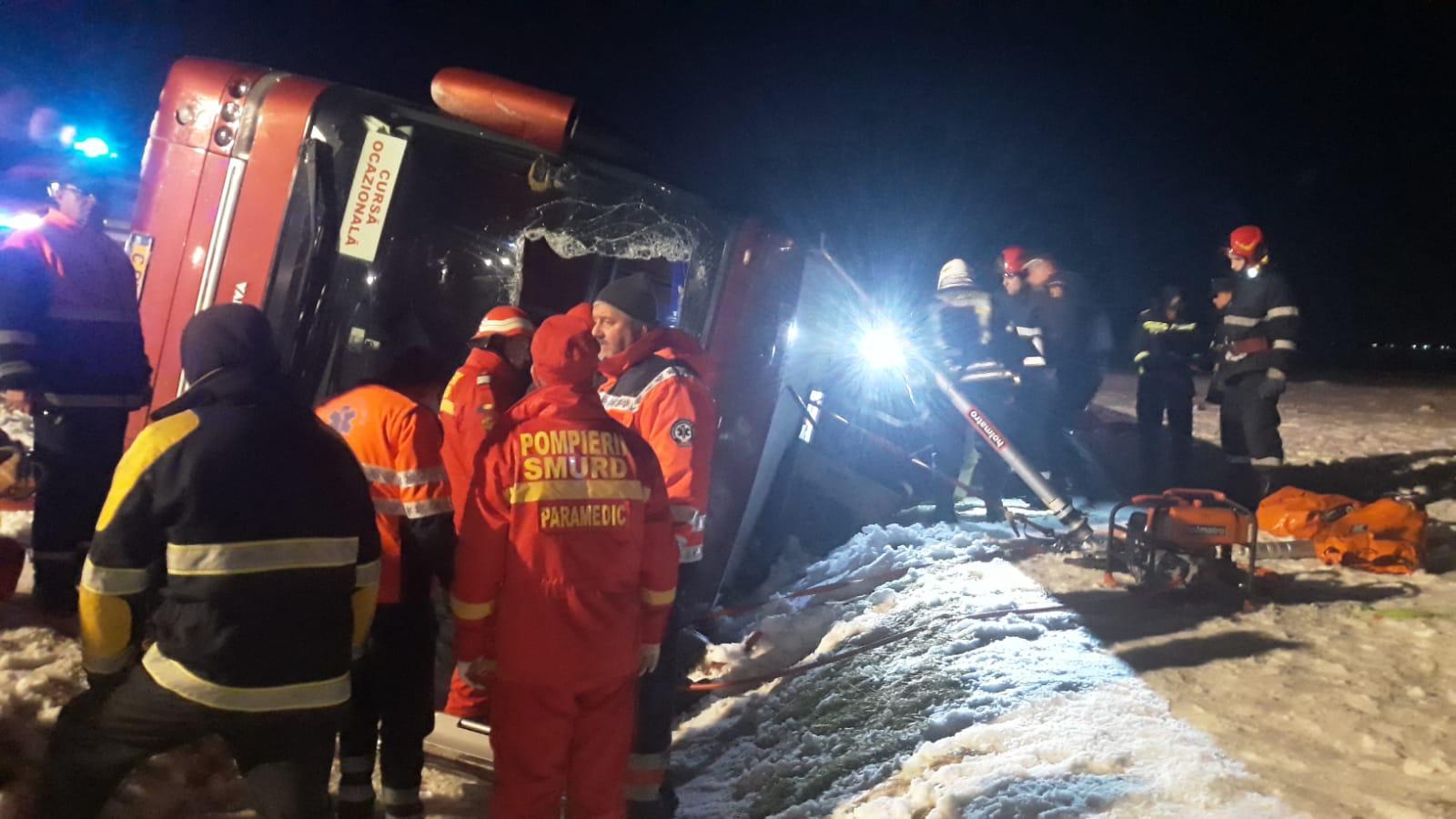 Autocar răsturnat în Vrancea. O persoană a murit, iar alta se află în stare gravă