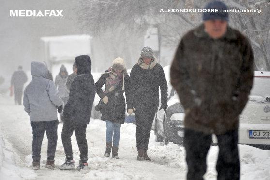 Imaginea articolului LIVE TEXT   Cod GALBEN de ninsori şi vânt în sud şi sud-est/ Situaţia traficului rutier/ Întârzieri pe Aeroportul Otopeni şi în Gara de Nord, mai mari de 75 de minute   FOTO, VIDEO