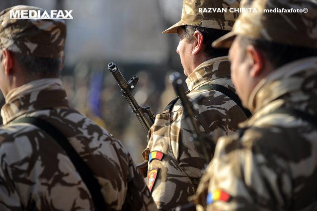 """VIDEO Surpriza pe care militarii le-au făcut-o copiilor de o şcoală din Piteşti, după ce s-a viralizat un videoclip în care cântau """"Treceţi, batalioane române, Carpaţii"""""""