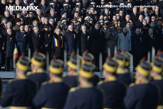 Imaginea articolului Ziua Naţională a României | 20.000 de oameni la PARADA de la Arcul de Triumf. Defilarea ARMATEI, după SHOW-urile tehnicii militare şi cel aviatic. 21 de salve de tun, trase în timpul intonării imnului