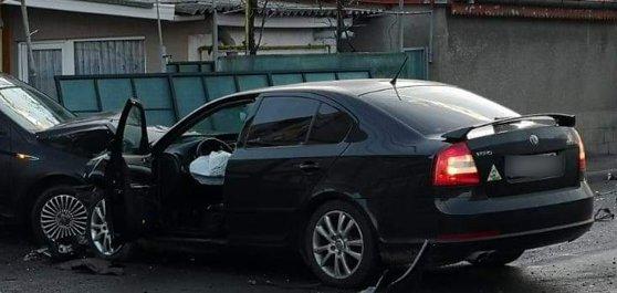 Imaginea articolului Apariţie surprinzătoare la un accident din Constanţa. Bărbat gol lângă o maşină lovită - FOTO în articol