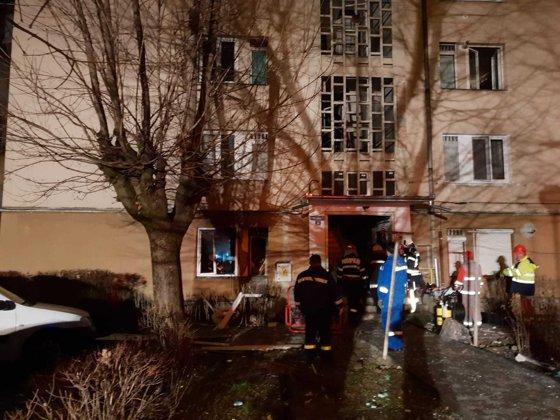 Imaginea articolului INCENDIU urmat de o explozie într-un bloc din Târgu Mureş: 18 persoane, evacuate | FOTO