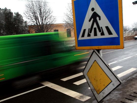 Imaginea articolului Spulberaţi pe trecerea de pietoni, în Mioveni: Trei pietoni au fost loviţi de un şofer care susţine că a fost orbit de soare,