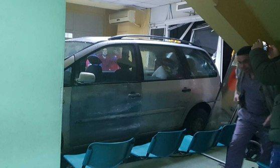 Imaginea articolului Panică la Craiova. Un bărbat a intrat cu maşina prin uşile spitalului de Urgenţă/ Explicaţia neconvingătoare oferită de şofer/ Medic: Un voluntar a fost luat pe capotă   FOTO