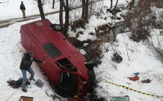 Imaginea articolului Un mort şi cinci răniţi după ce un microbuz a căzut într-o râpă din Bacău | FOTO