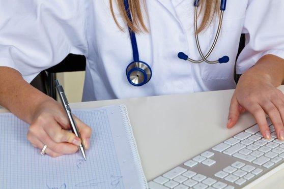 Imaginea articolului Un nou caz de medic fals: O femeie şi-ar fi falsificat diploma şi a lucrat ani de zile cu pacienţii