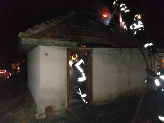 Imaginea articolului Un bărbat a murit intoxicat cu fum în locuinţa care a luat foc. Cauza incendiului ar fi fost coşul de fum necurăţat