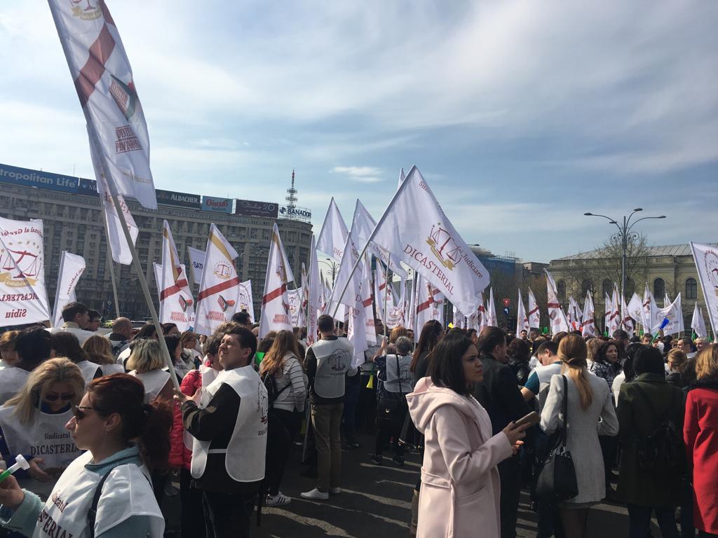 Noi proteste în Capitală: Peste 1.500 de sindicalişti ai grefierilor, anunţaţi astăzi în Piaţa Victoriei | FOTO, VIDEO