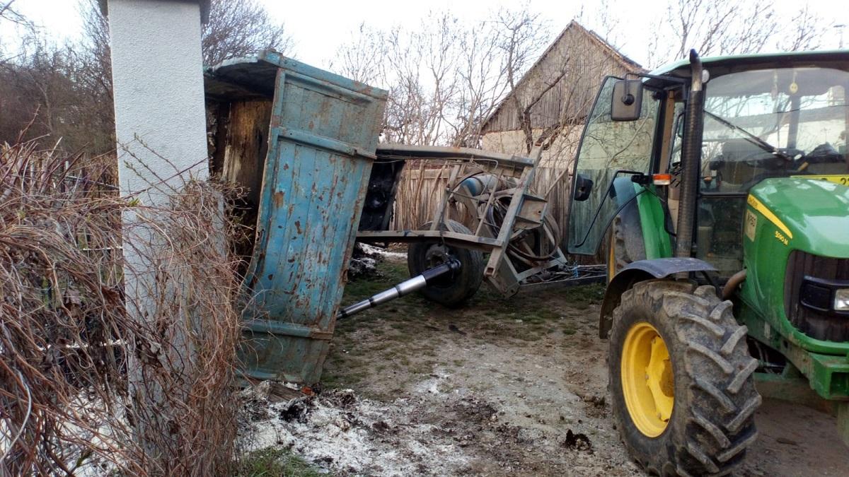 Copil de 4 ani din Sibiu, în stare gravă, după ce remorca unui tractor s-a răsturnat peste el | FOTO, VIDEO