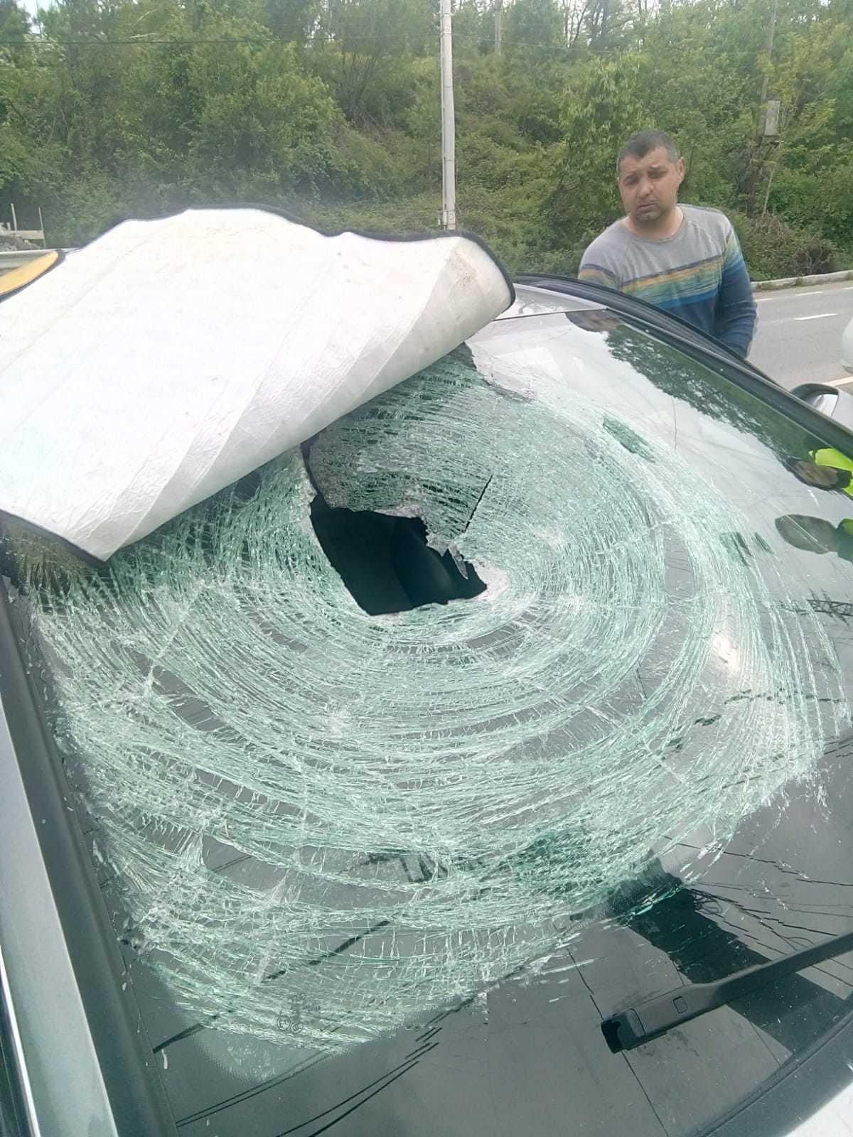 Femeie rănită pe Defileul Jiului, după ce o bucată de stâncă s-a desprins şi a căzut peste maşina în care se afla | FOTO