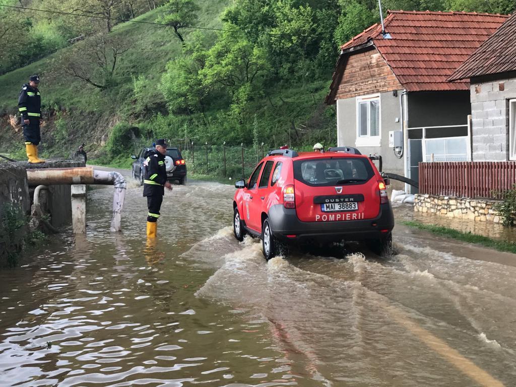 Case inundate şi drumuri blocate în judeţele Timiş şi Caraş-Severin, după codul roşu | FOTO, VIDEO