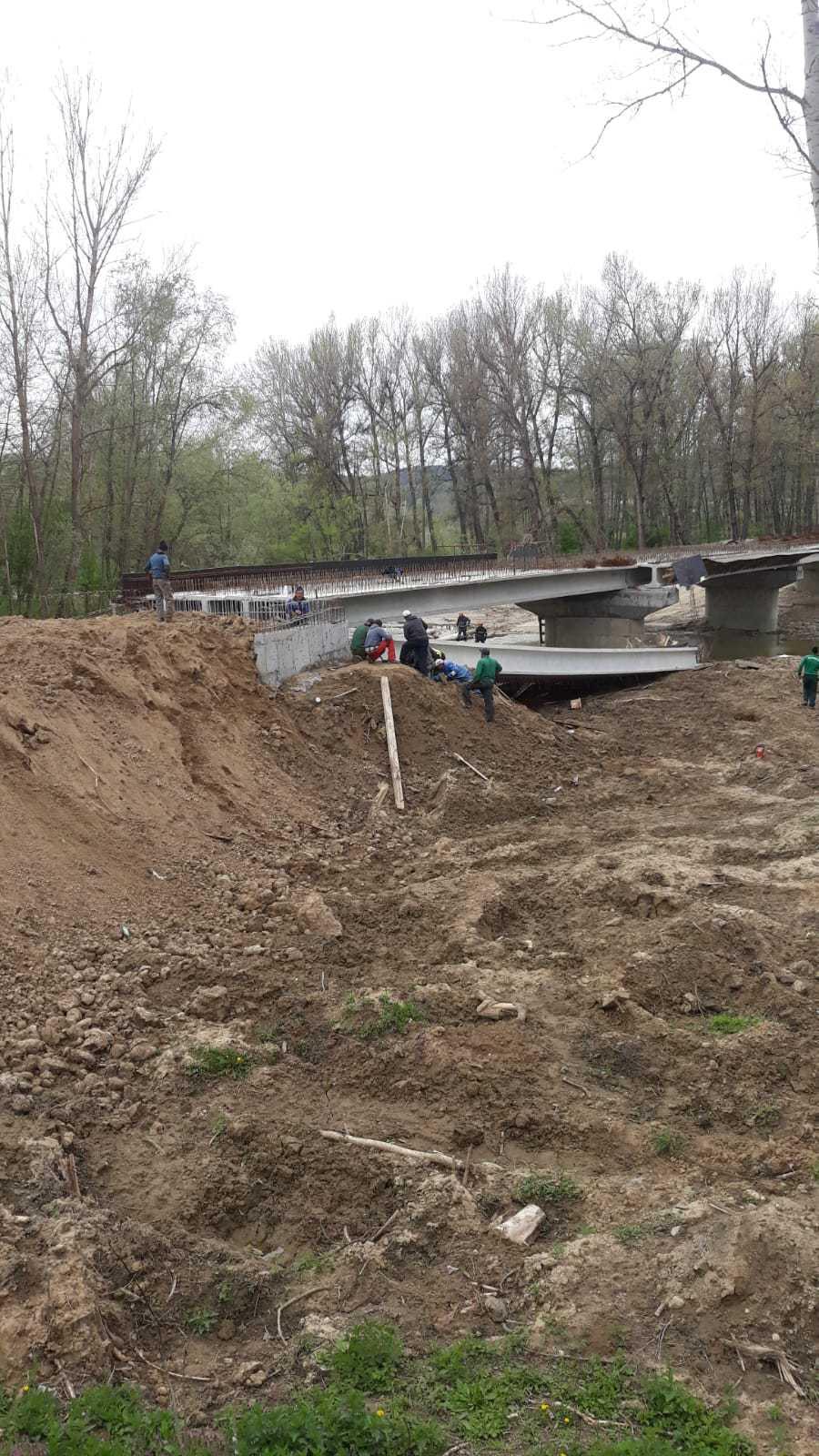 Podul prăbuşit în Gorj: Firma care făcea lucrări de armare, amendată pentru muncă la negru