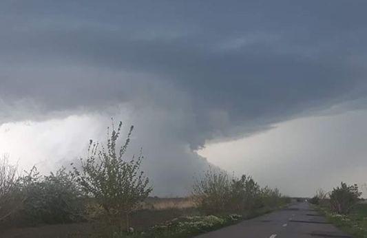 Imaginea articolului Fenomen meteo extrem: O nouă TORNADĂ în Călăraşi/ Cel puţin 10 case au rămas fără acoperişuri | FOTO, VIDEO